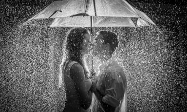 couple-kissing-rain-umbrella
